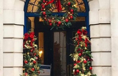 35-free-stunning-christmas-front-doors-decoration-ideas-new-2020