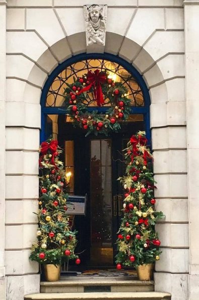 35-free-stunning-christmas-front-doors-decoration-ideas-new-2020